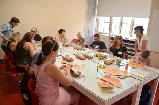 Oficina de Encadernação para pessoas com deficiência visual no Santander Cultural em Porto Alegre com Vanessa Fuzina