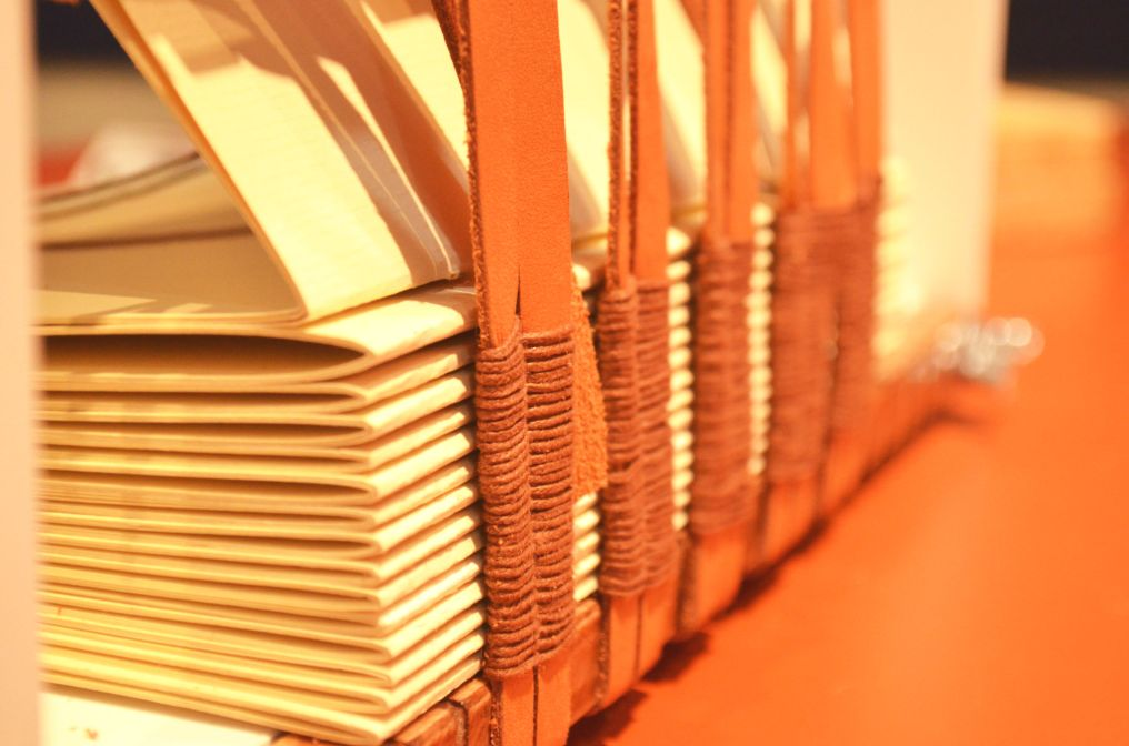 Oficina de Encadernação no Bastidor com capa de Madeira em Angelim com a Fuzina. - Fuzina Oficinas. Fuzina Encadernações. Porto Alegre.